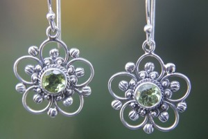 How to Choose Hypoallergenic Jewelry