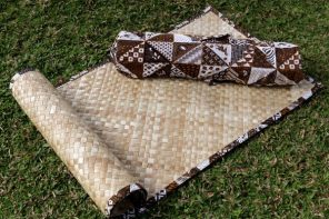 Natural fiber yoga mat with batik bag, 'Nusantara'